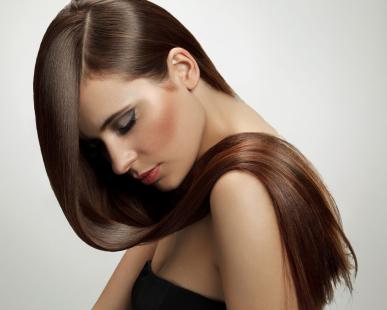 つやのあるヘアスタイルの女性