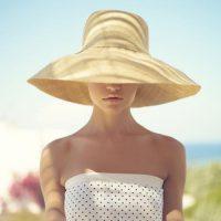 紫外線防止のため帽子をかぶった女性