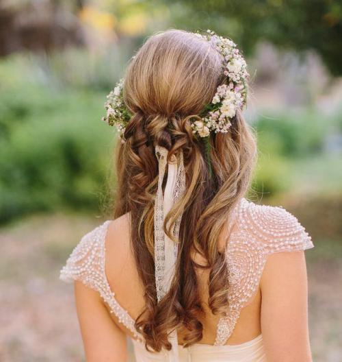 編み込んだ髪の女性