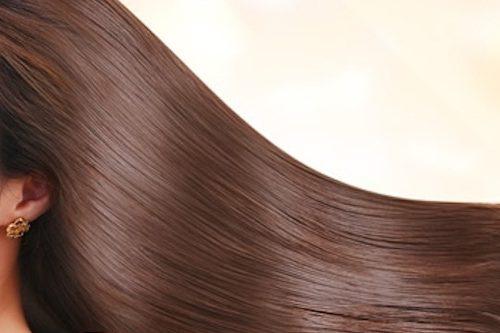 ロングヘアのつやつやの髪の女性