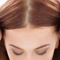 髪を分ける女性