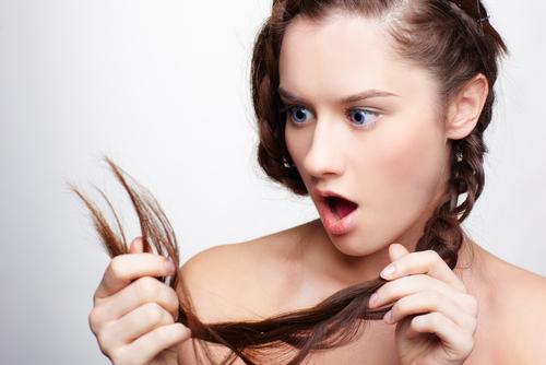 髪を見つめる女性
