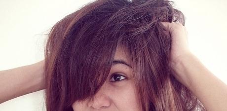 髪で悩む女性